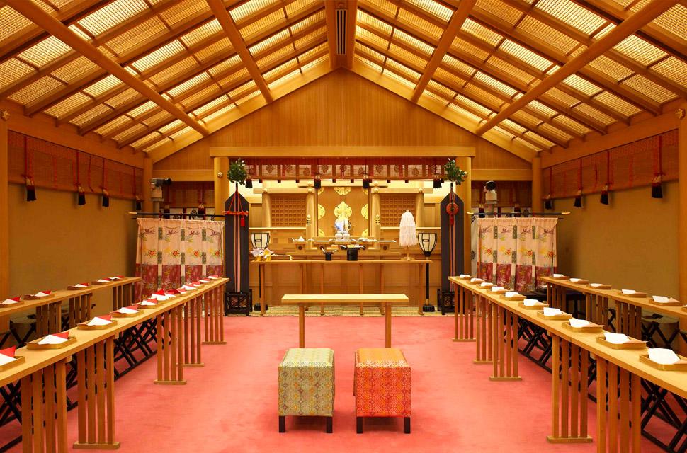 日本の伝統的な挙式スタイルの神前式 大社造りの本格的な神殿