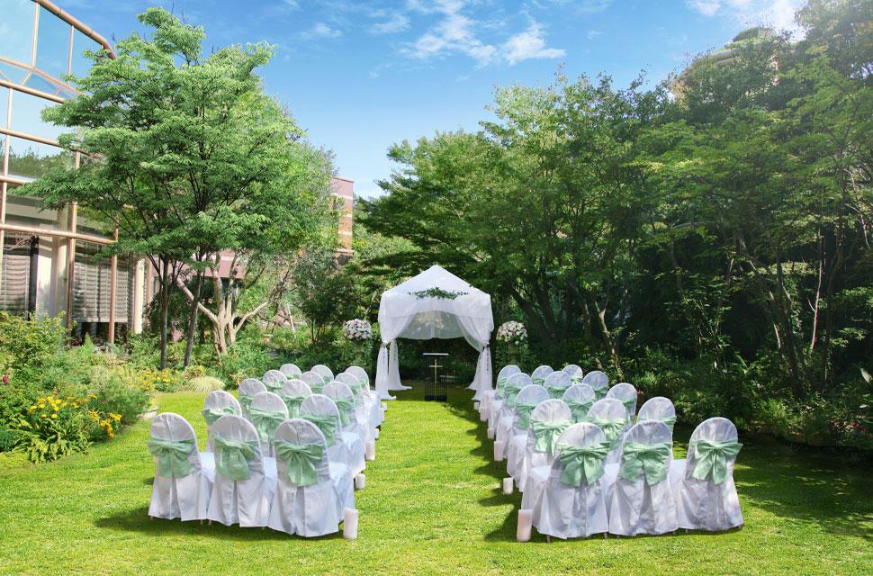 ウェスティンガーデンでは青空のもと緑や彩り豊かな花に囲まれてガーデン挙式が叶う