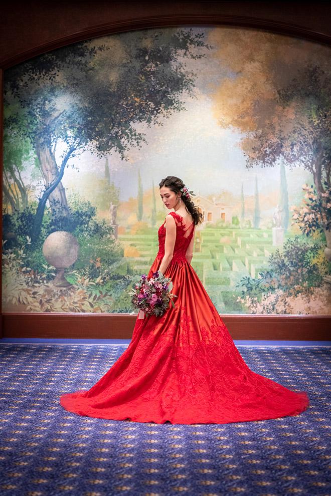 ロイヤルブルーの絨毯に映える華やかな赤いドレスでこだわりのバックスタイルもしっかり映して