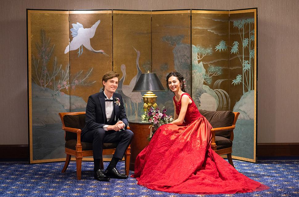 オリエンタルムード漂う館内はドラマチックな赤いドレスも引き立てる素敵な空間に