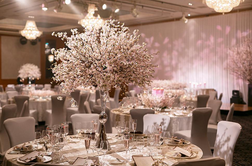 桜の木をふんだんに使った会場のコーディネートはゲストの皆さまも楽しんでいただける演出のひとつ