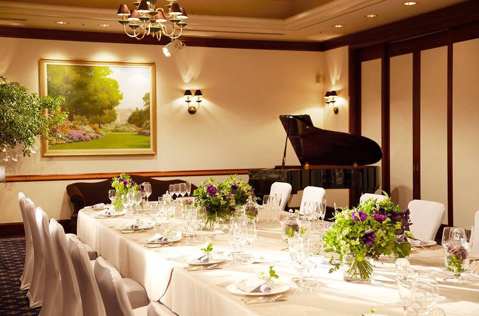 ランプシェードのかかった照明が落ち着いた雰囲気の「楠」 ピアノの生演奏で大人な空間を演出