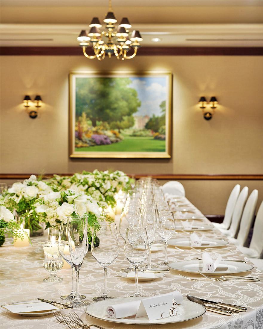 大きなテーブルを皆さまで囲んでお食事・ご歓談を楽しんでいただける「楠」では和やかなお時間をゆったりと過ごして