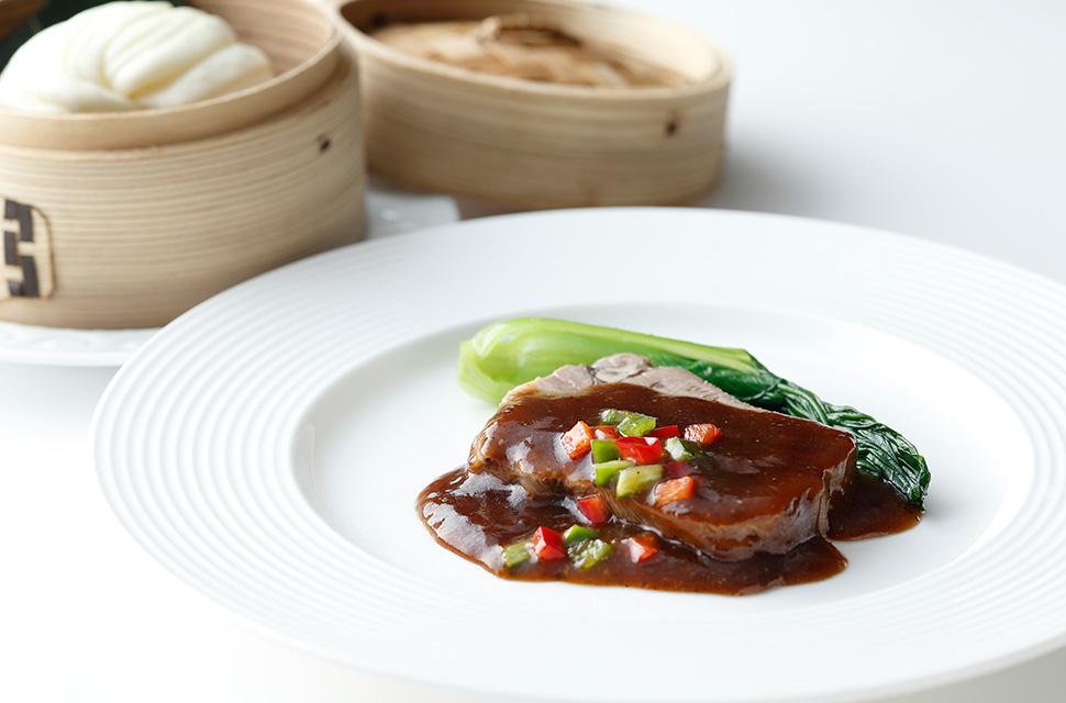 中国料理 黒椒牛利甫伴花捲 牛タンの黒胡椒 花巻添え