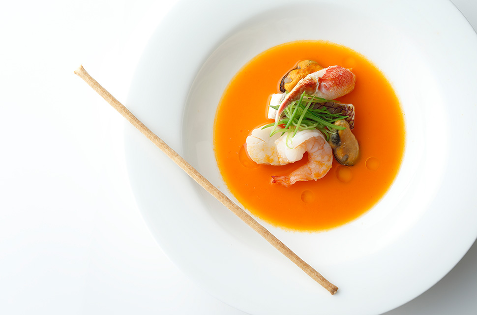 五感より ふんだんに海鮮を使いサフランの香り豊かなライト感覚のソースをたっぷりとかけ スープ風に仕立てて カリカリのグリッシーニとともに…
