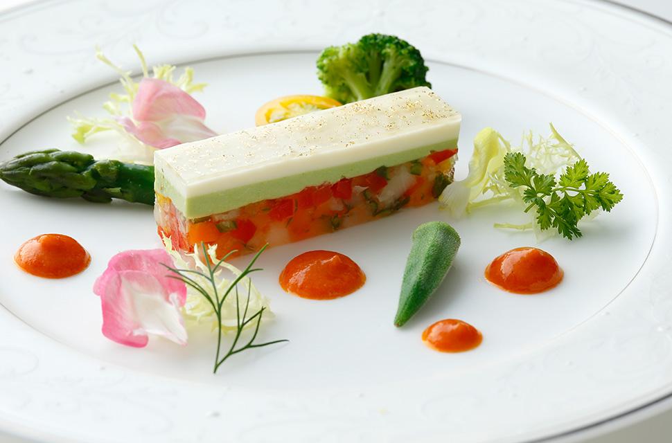 五感より 見た目にもカラフルな野菜を使ってガトーオペラ風に仕上げ 真っ赤な野菜のソースを添えました
