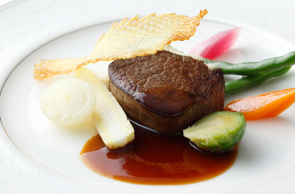 五感より 国産牛フィレ肉のステーキと季節の野菜を たっぷりのブランデーと赤ワインの贅沢で味わい豊かなソースでお楽しみください