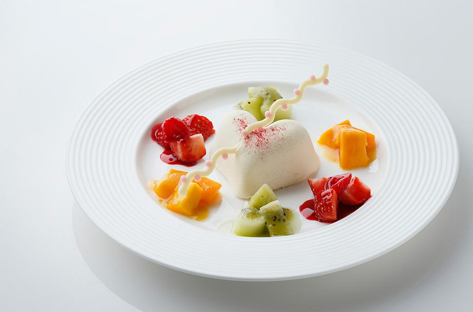 オートクチュールより 真っ白なチョコレートのハート レモン風味 カラフルなフルーツ飾り