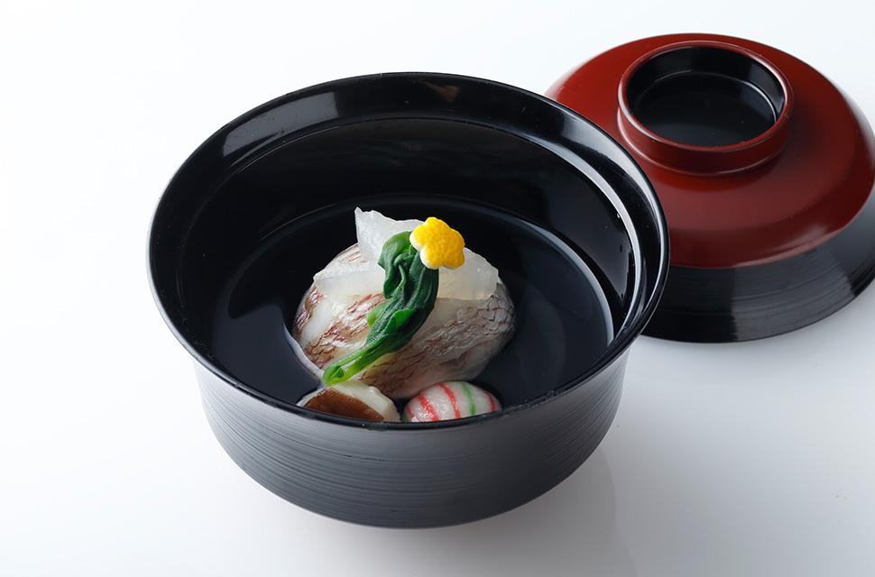 日本料理 鯛真丈   手毬麩 青味野菜 亀甲椎茸 鶴大根
