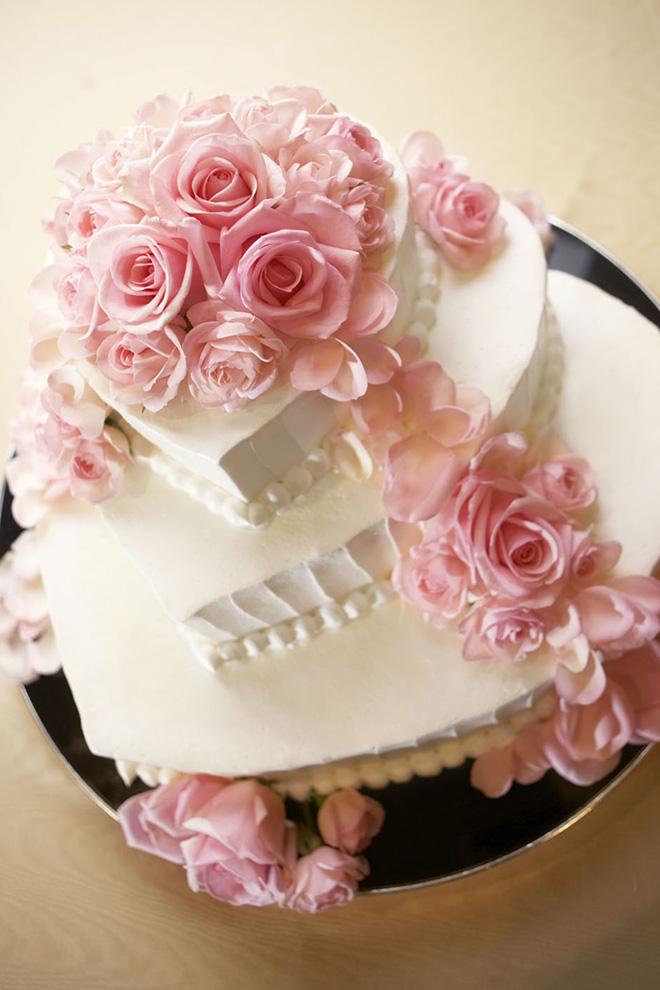 ケーキ入刀のシーンを華やかにするウエディングケーキは豊富なデザインをご用意