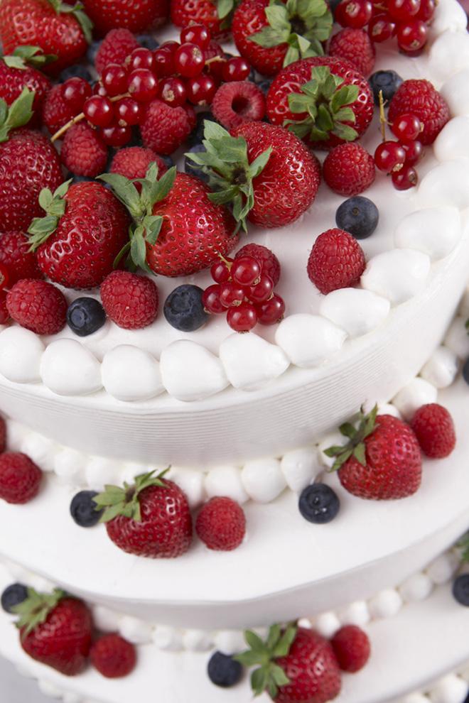 ベリーののったウエディングケーキはいつの時代も人気