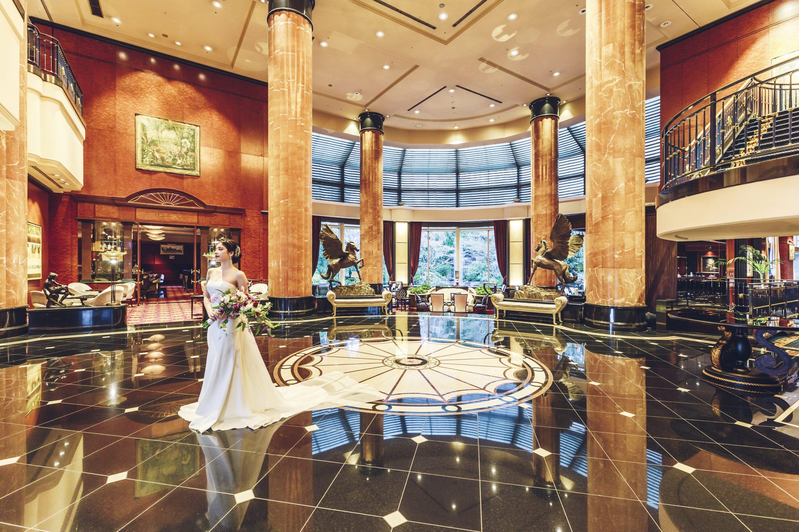 ホテルメインロビーで美しさ溢れるワンショット